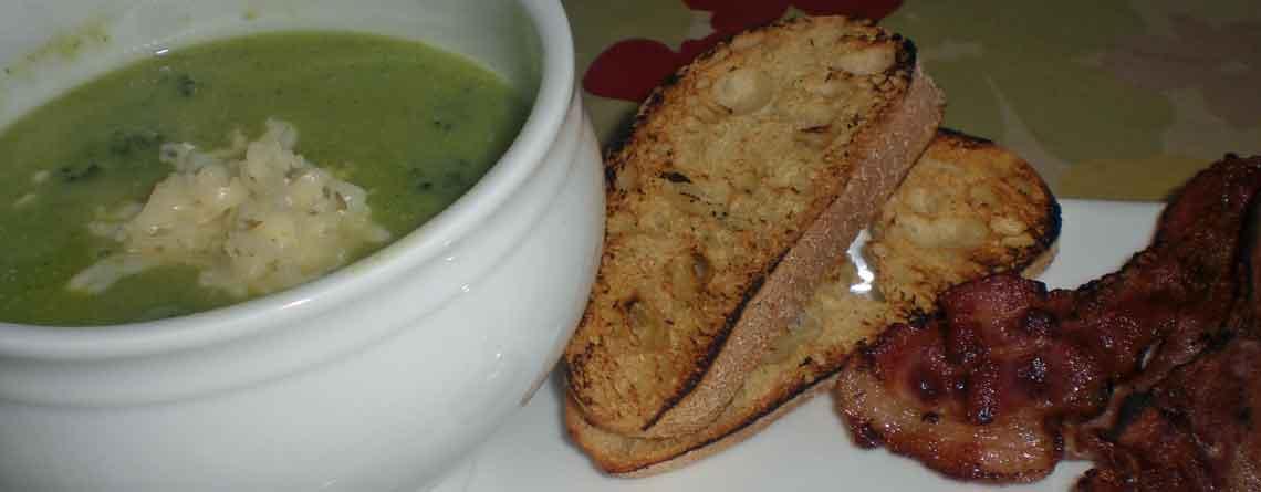 Broccolisuppe med bacon og ristet brød