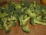 Del resten af broccolien i små buketter.