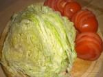 Snit salaten, og skær tomaterne i skiver.