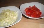 Hak løg og peberfrugt.