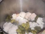 Læg blomkål og broccoli i den kogende lage.