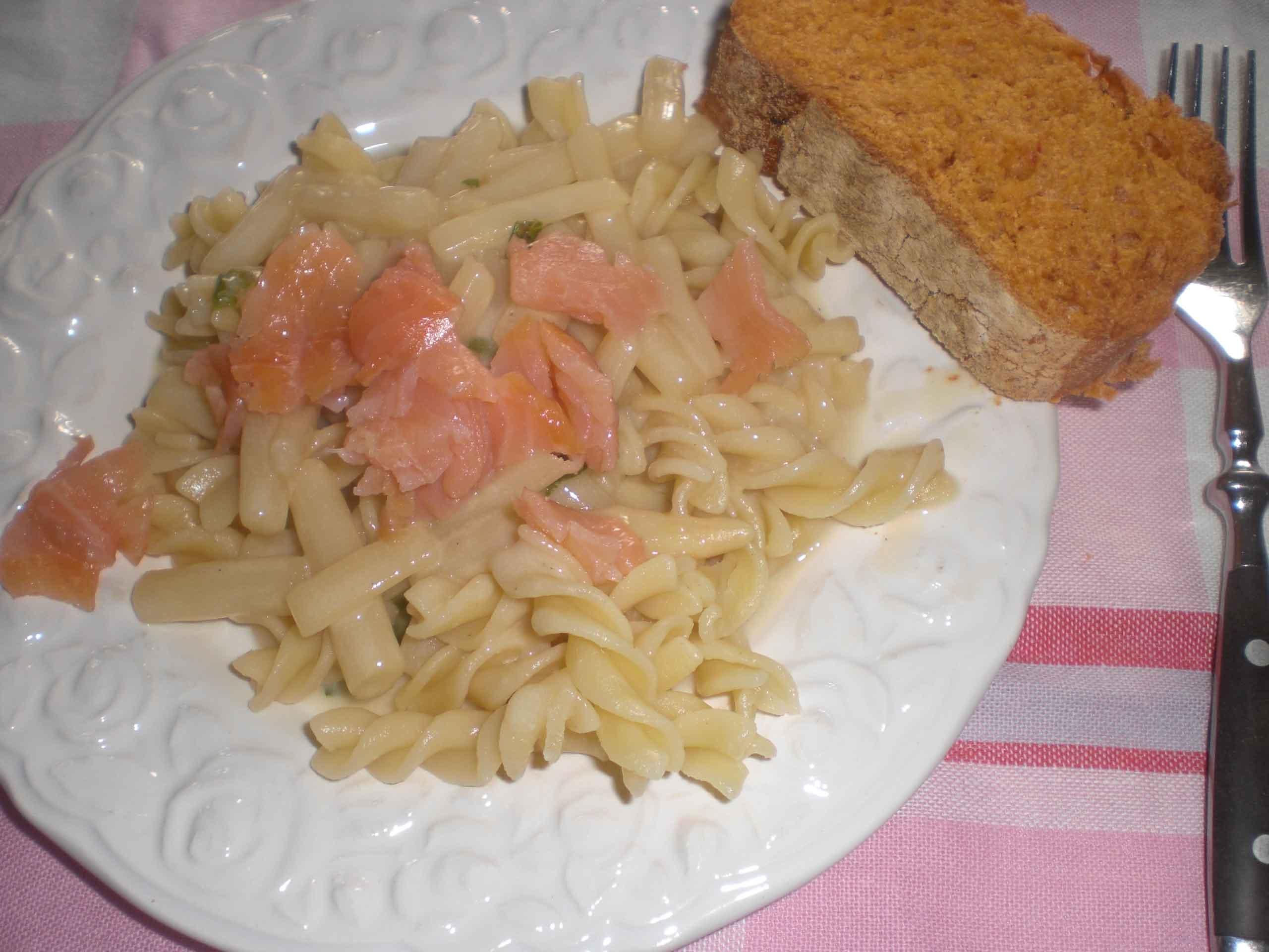 Pasta med aspargessovs og røget laks