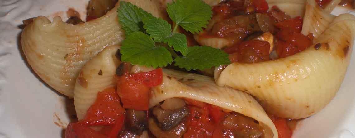 Pastaskaller med tomatsovs