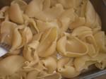 Anret de kogte pastaskaller på et fad.