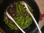 Servér med sauterede asparges.