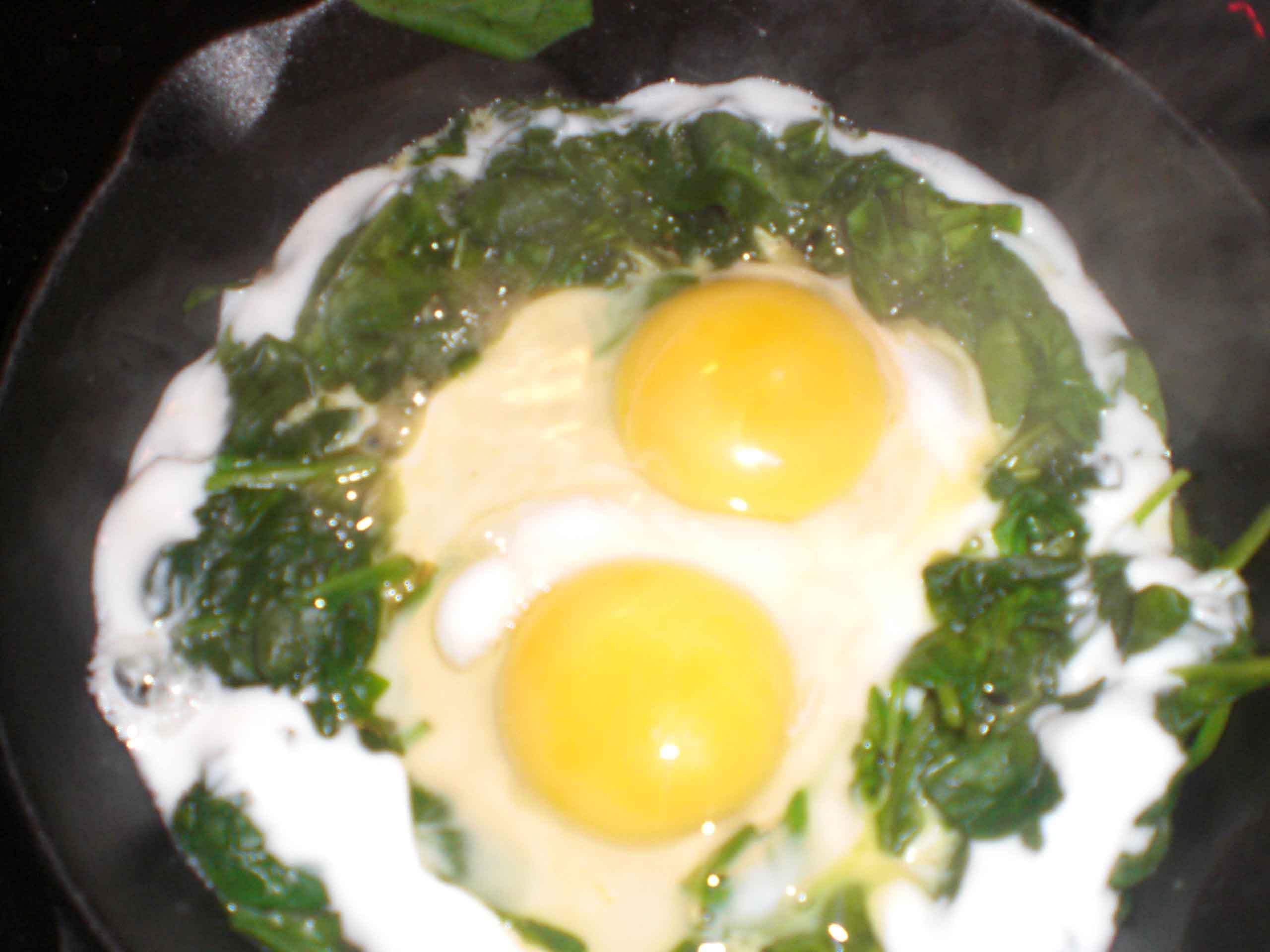 Slå to æg ud.