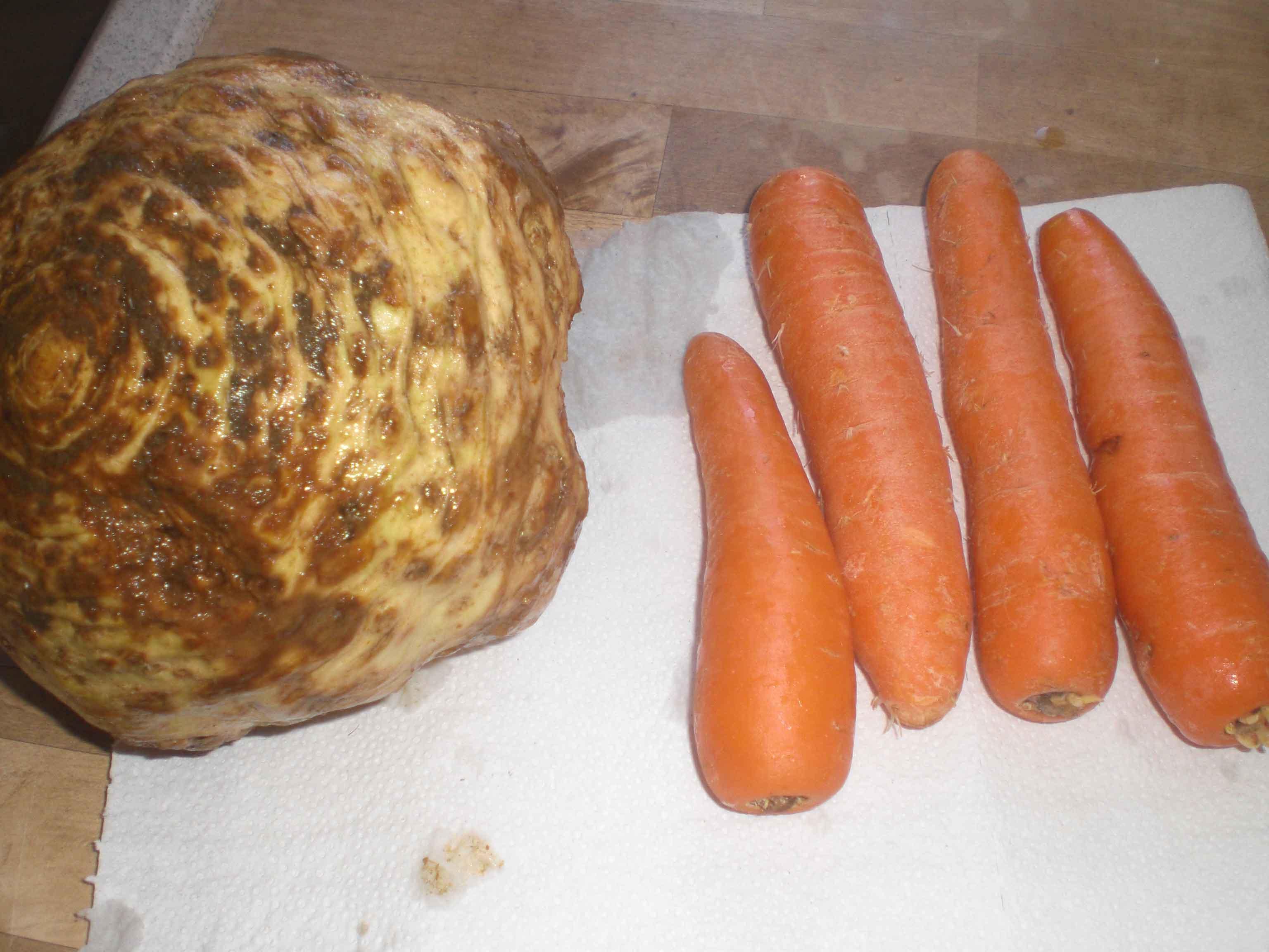 Riv selleri og gulerødder.