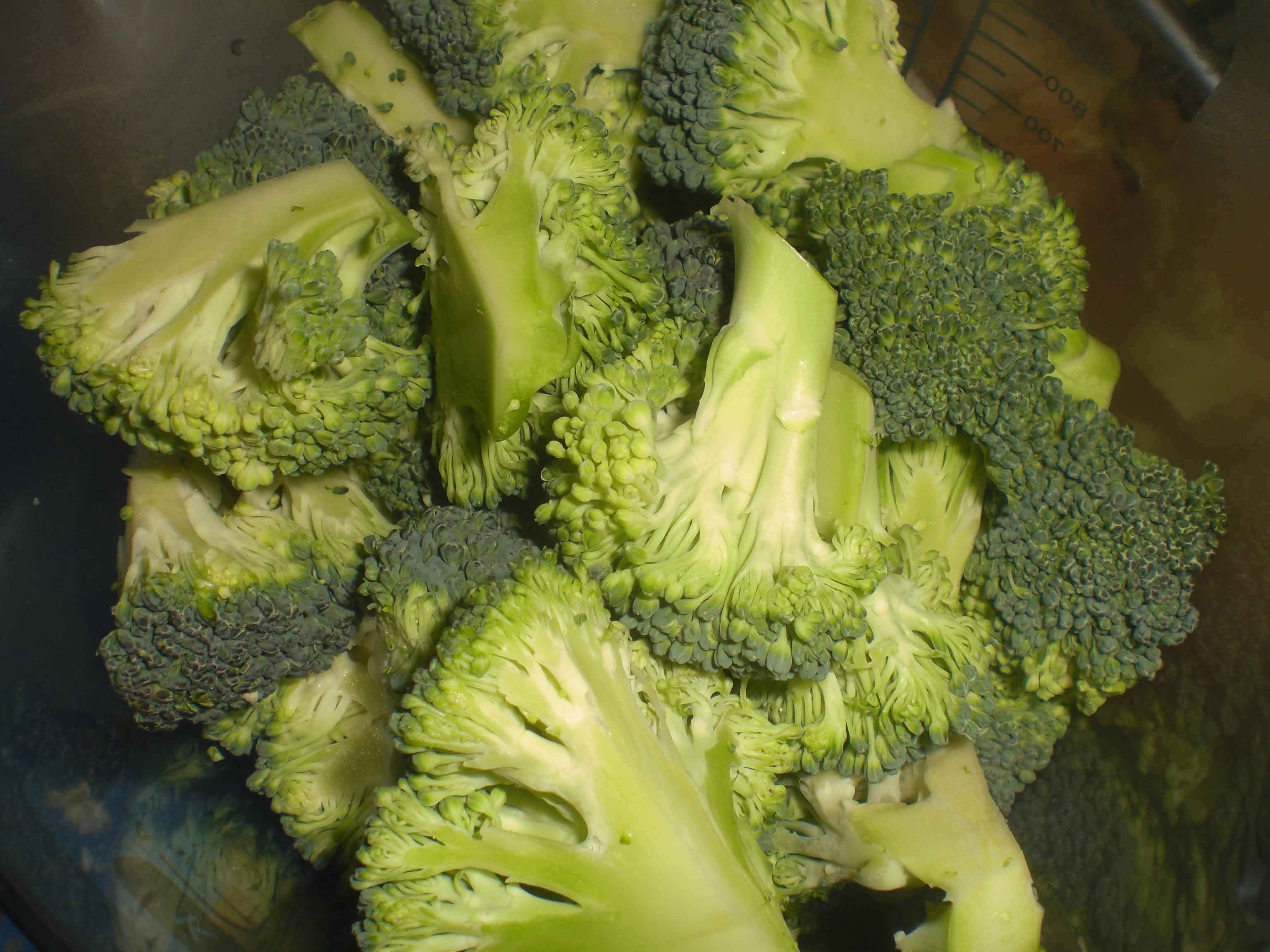 Del broccolien i små buketter.