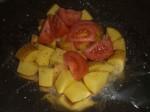 Fordel kartoffeltern og tomatbåde, og krydr med salt, peber og det 3. krydderi.