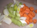 Ordn grøntsagerne, og skær dem i grove stykker.