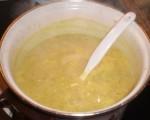 Tilsæt æble, kød, bouillon, vand og fløde, og smag til med karry.