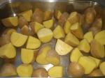 Skær kartoflerne i kvarte.