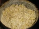 Smag sovsen til med salt og peber, og hæld den over pastaen.