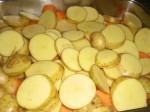 Skær kartofler i skiver.