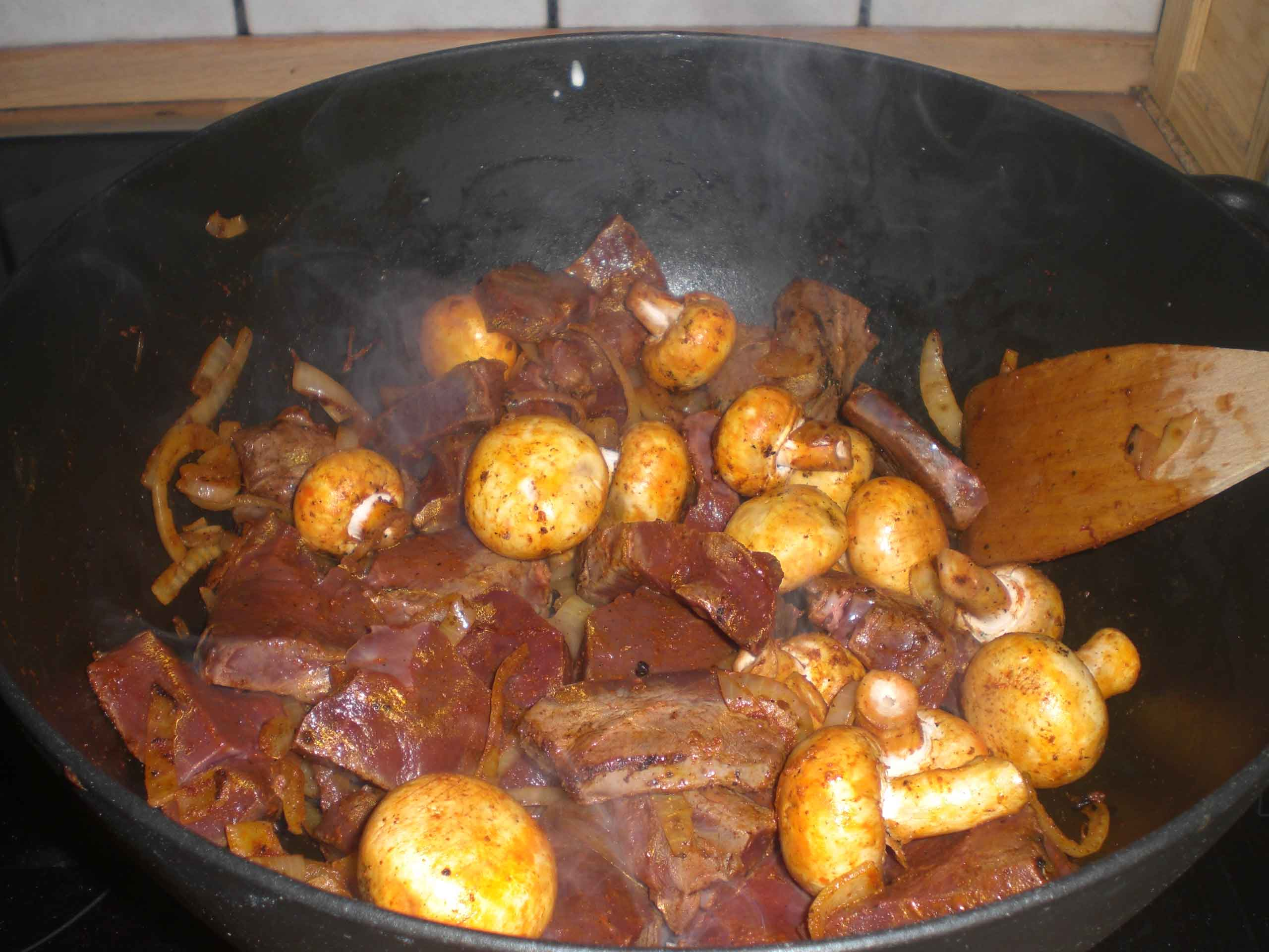 Tilsæt paprika, champignoner og hjerte.
