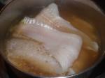 Kog torsken i bouillonen.