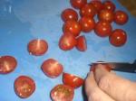 Halver tomaterne.