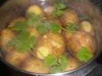 Kog kartoflerne. Tilsæt evt. lidt krydderurter – her frisk koriander.