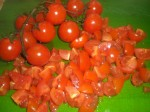 Skær tomaterne i tern.