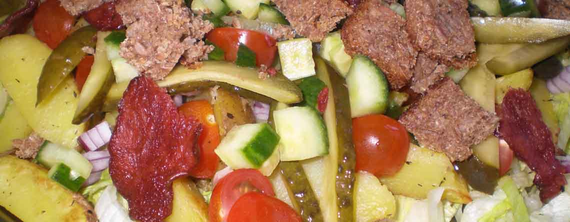 Salat med rugbrødscrutoner og bacon