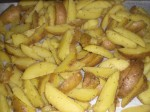 Læg kartoffelbådene på en bageplade.