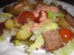 Servér salaten med tomatketchupdressingen.