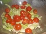 Tilsæt halverede cherrytomater.