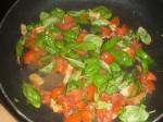 Tilsæt basilikum og tomat.