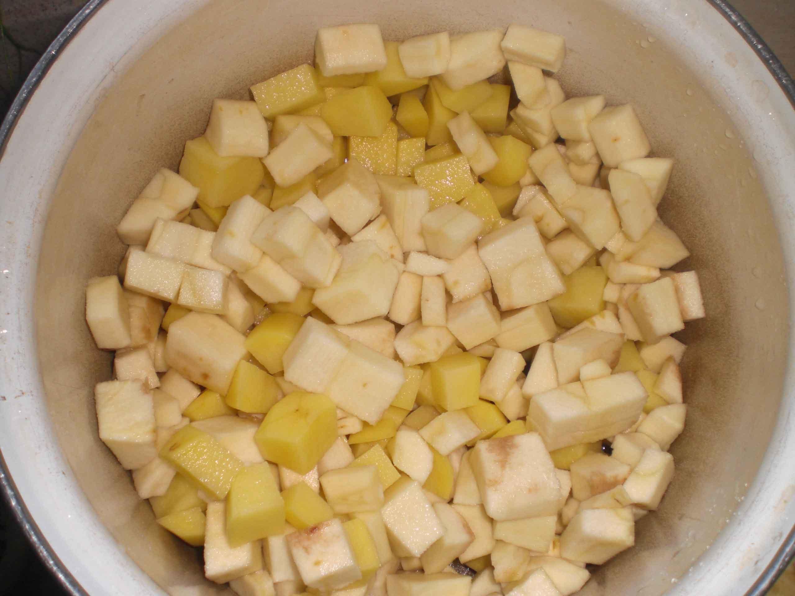 Kom kartoffel- og pastinaktern i en gryde...
