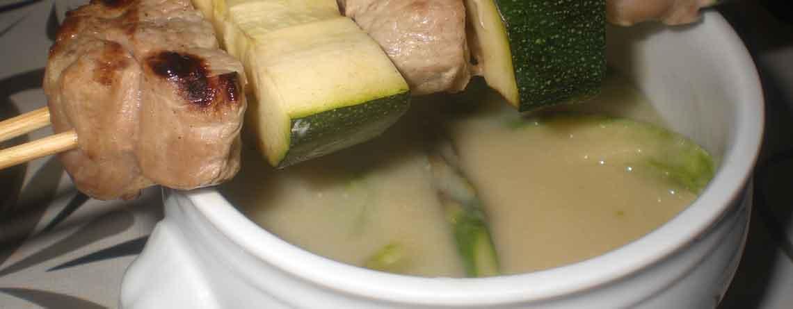 Aspargessuppe med grillspyd og naanbrød