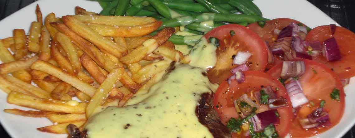 Bøf bearnaise med pommes frites og tomatsalat