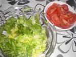 Snit salaten, og skær tomaterne i både.