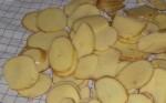 Skær kartoflerne i skiver, efter de er vasket.