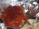 Kom flåede tomater og ketchup på.
