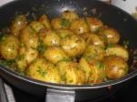 Drys kartoflerne med klippet grønt og flagesalt.