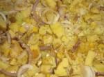 Bland ingredienserne til kartoffelporrefadet i et ovnfast fad.