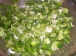 Bland forårsløg og peberfrugt i dressingen.