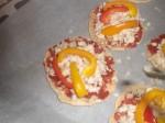 Skær peberfrugterne i mindre stykker.