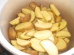 Skær kartoflerne i tykke skiver.