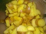 Vend kartoflerne i marinaden.