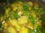 Lad kartoffelsalaten trække i 10 minutter.
