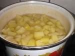 Kog kartofler og hvidløg.