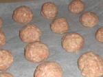 Form kødbollerne, og sæt dem i ovnen.