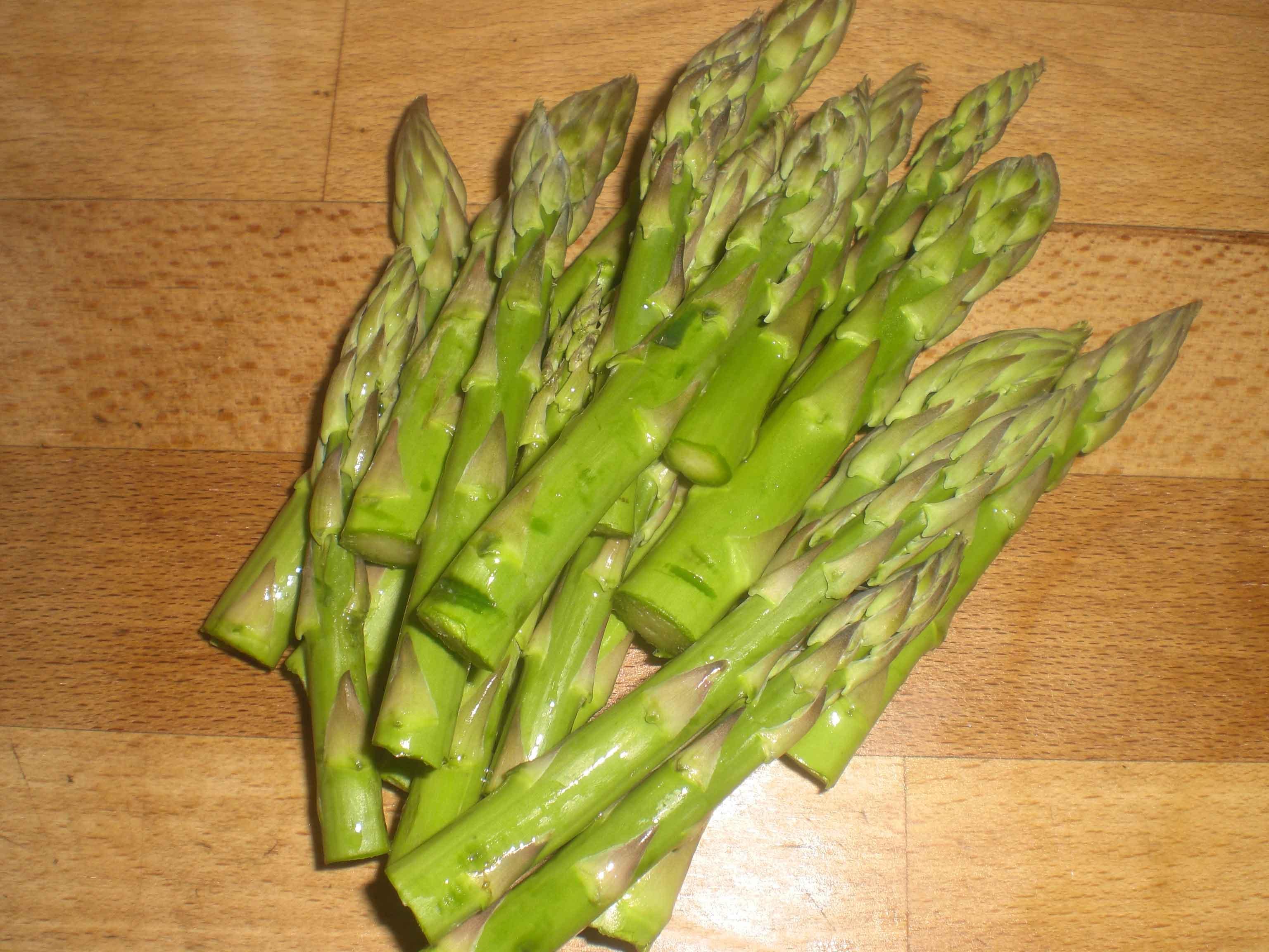Gem nogle af aspargeshovederne.