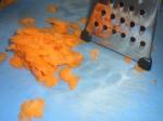 Skær gulerødderne i ultratynde skiver.