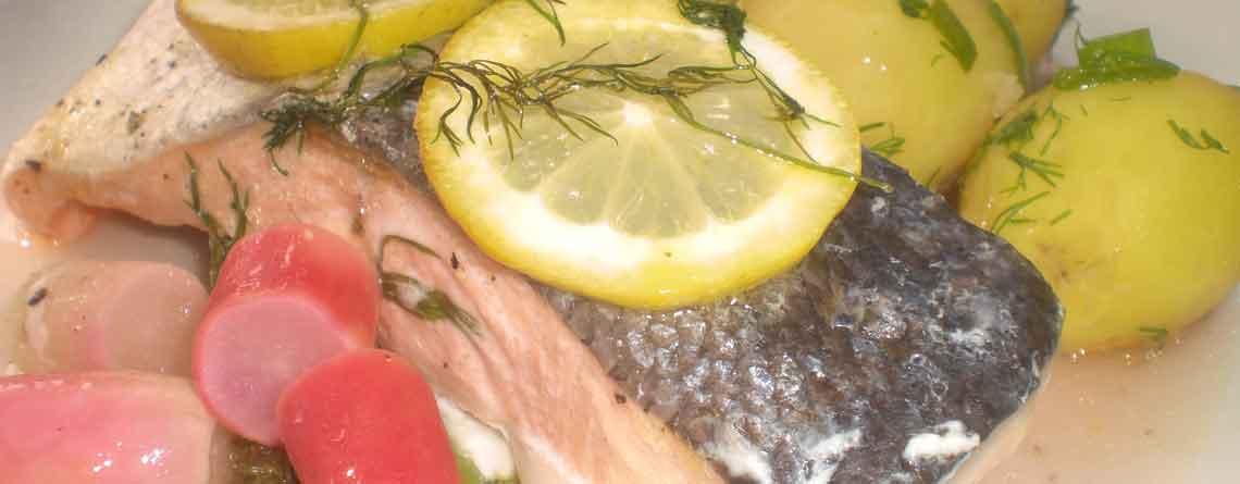 Laksepakker med grøntsager og vermouth