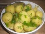 Pynt evt. kartoflerne med toppen af forårsløgene og resten af dilden.