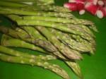 Skær aspargeser i mindre stykker.