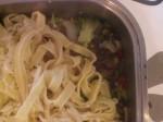 Hæld sauce i fadet, og læg pastaen oven på.