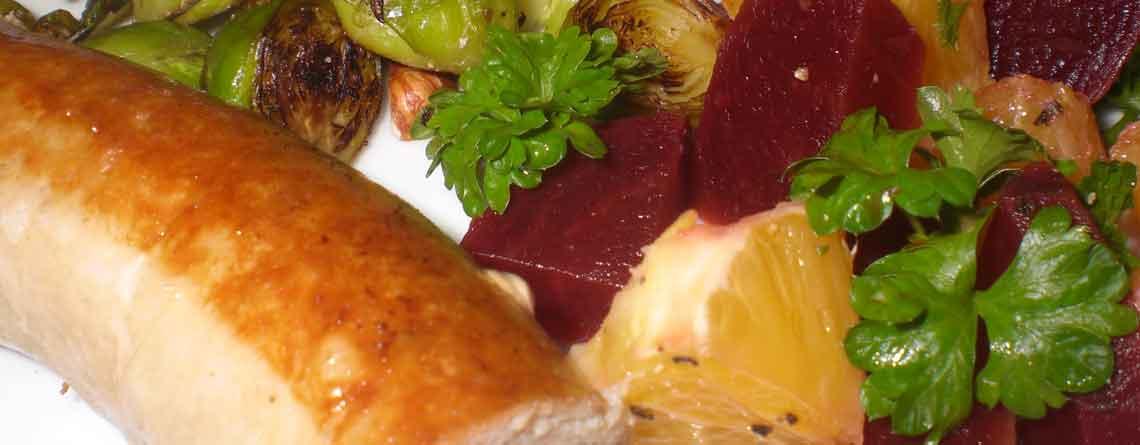 Medister med rødbedeappelsinsalat og stegte rosenkål